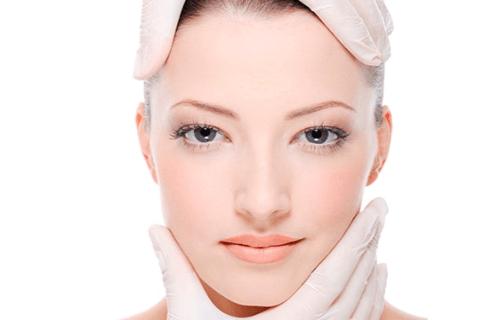 Los hilos tensores son unos hilos finos utilizados en cirugía estética para rejuvenecer el rostro. Se pueden aplicar tanto para eliminar las arrugas y la flaccidez facial, como para levantar las cejas o, incluso, para redefinir el óvalo de la cara y el contorno de la mandíbula.